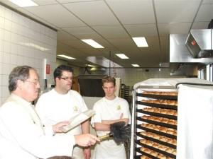 Broodjes worden ingewijd door pastoor